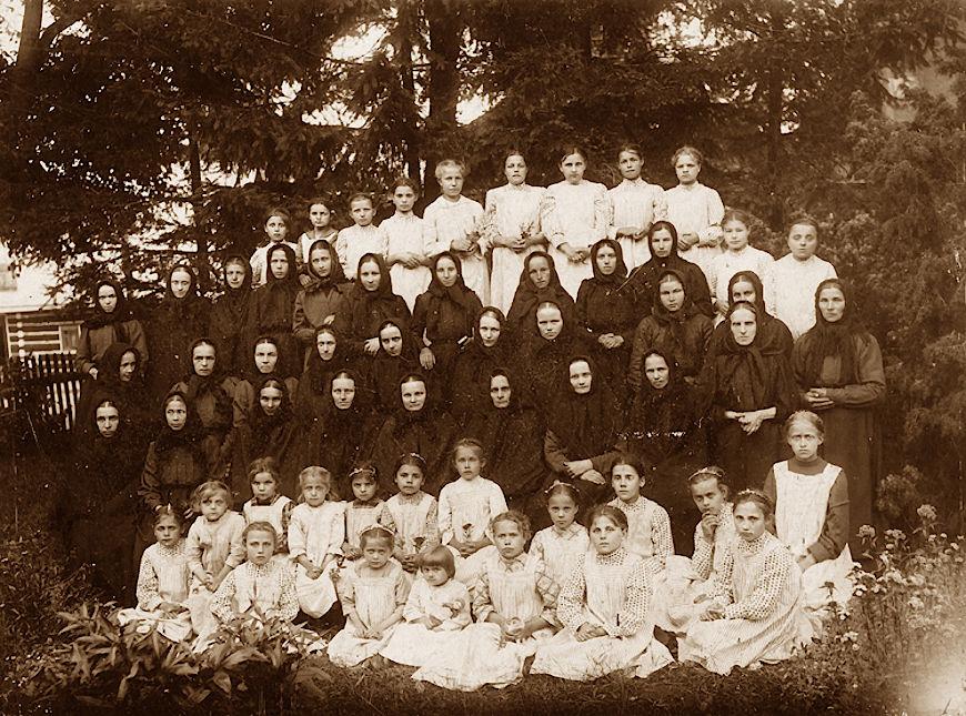 Siostry michalitki, 1919 rok, Miejsce Piastowe. Helenka Sporniak w drugim rzędzie dzieci, szósta od lewej. Jej siostra Zosia - w tym samym rzędzie - piąta od lewej. Matka Anna Kaworek w pierwszym rzędzie sióstr czwarta od lewej.
